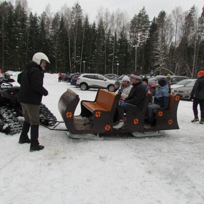 Mazākos biatlona dalībniekus gaidīja vizināšanās sniega kvadracikla vilktās ragavās :)