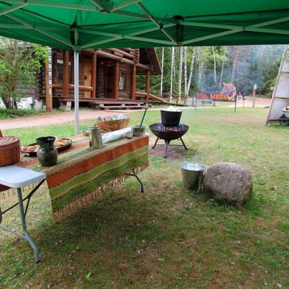 """Dabas izglītības centra """"Pauguri"""" pagalmā gaidīja lielais tējas katls un saldumu galds!"""